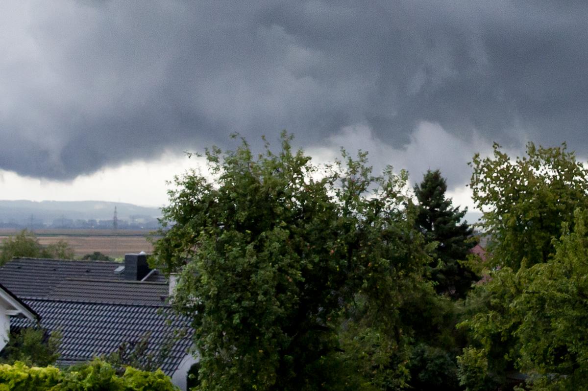 Der Zeitpunkt, an dem der Tornado Bodenkontakt hatte. Leider mit versperrter Sicht.