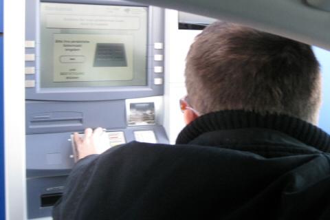 Geld abheben aus dem Auto heraus