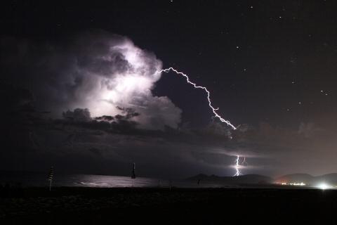 Blitzeinschlag neben der Zelle