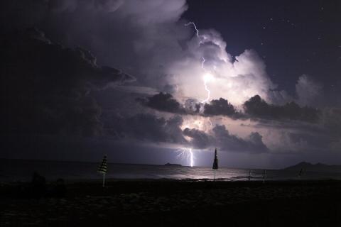 Blitze über dem offenen Meer