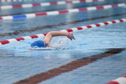 Katharina beim Schwimmen in Weiden